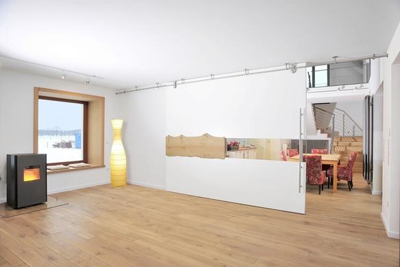 Ankleidezimmer unter der Dachschräge mit Einbauschrank und vielen Auszügen