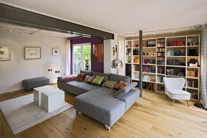 Eingebautes Regal vom Schreiner im gemütlichen Wohnzimmer