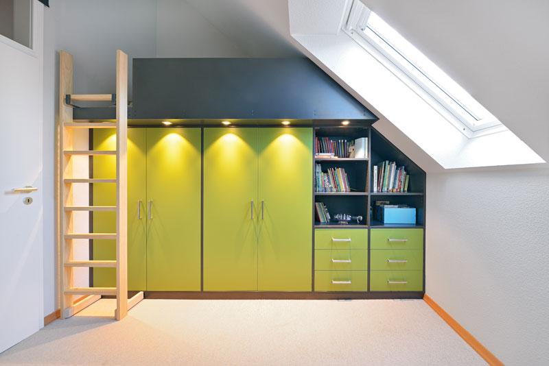 Einbauschrank unter dem Hochbett und der Dachschraege. Ein farbenfroher Schrank im Kinderzimmer.