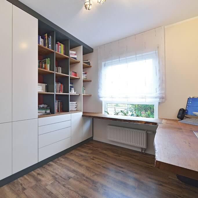 Weißer Einbauschrank mit Regal und Schreibtisch aus Massivholz