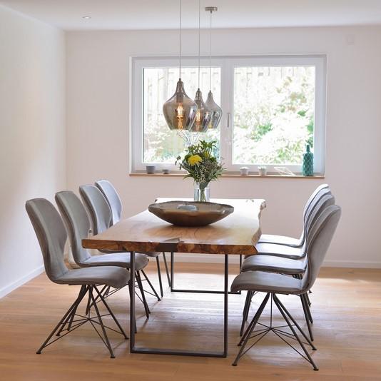 Esstisch aus Massivholz in Eiche. Das Tischgestell ist aus Stahl.
