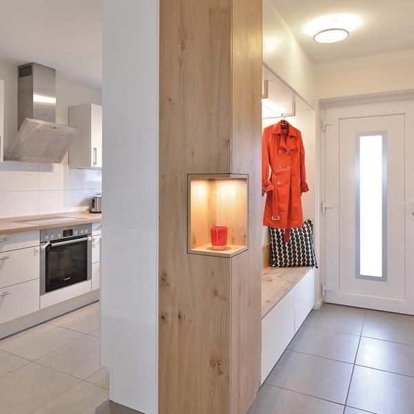 Garderobe mit Sitzbank in Lack weiß und Alteiche