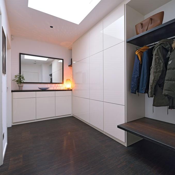 Moderner Garderobenschrank mit einer Oberfläche in Lack weiß