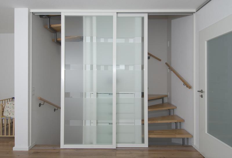 Das offene Treppenhaus kann mit Schiebetüren geschlossen werden