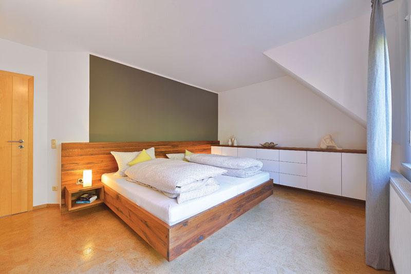 Sideboard und Bett aus Wildeiche nach Maß in der Kombination mit weißen Oberflächen