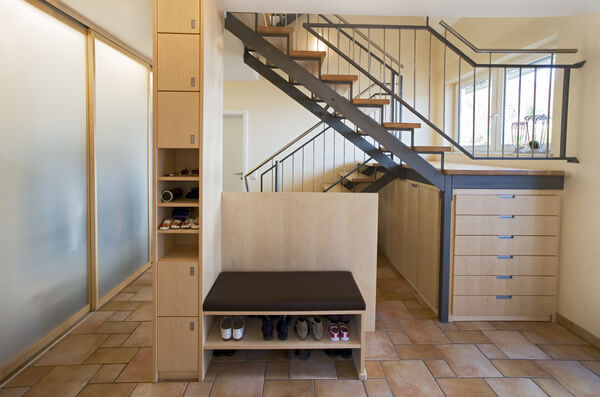 Eingebauter Schrank unter der offenen Treppe für viel Stauraum in der Garderobe