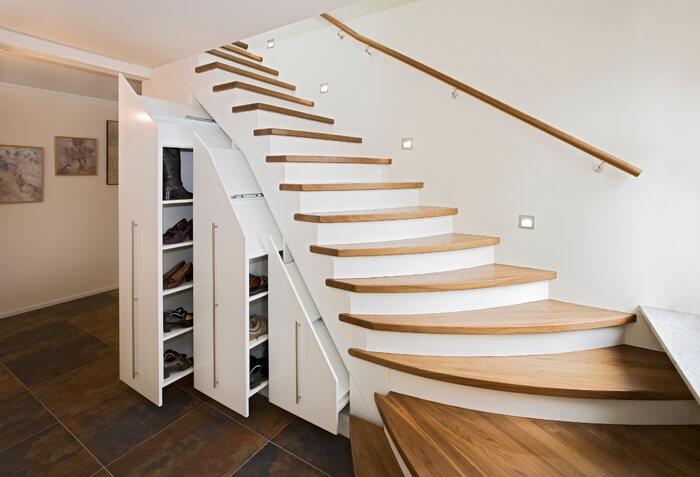 Weißer Treppenschrank mit Stufen aus Holz und großen Auszügen