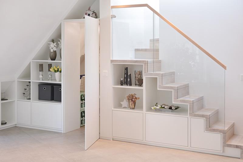 Weißer begehbarer Treppenschrank vom Schreiner geplant und gefertigt