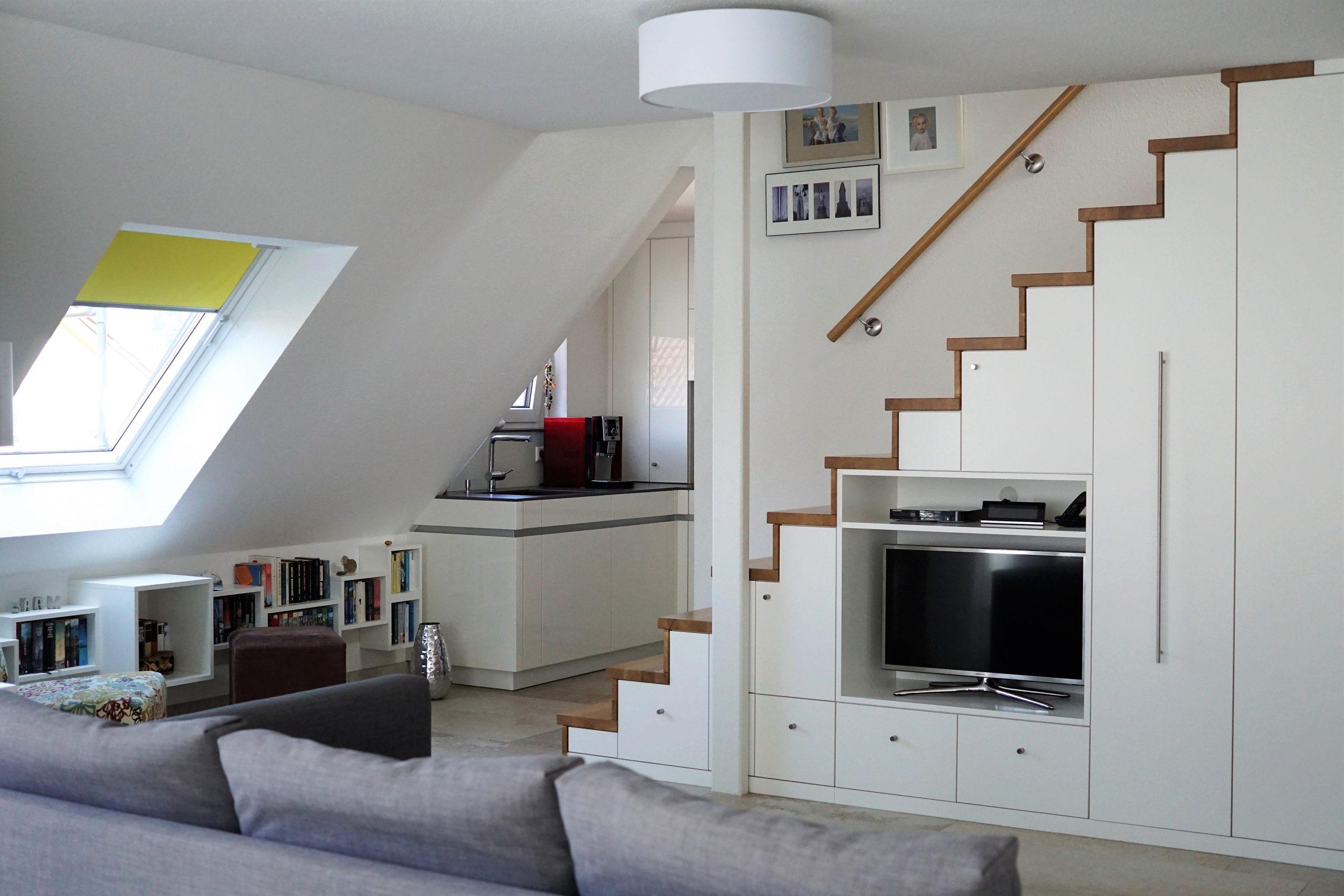 Treppenschrank mit Stauraum für Garderobe und TV im offenen Wohraum