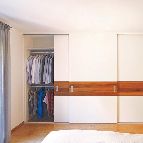 Einbauschrank und Kleiderschrank in weiß kombiniert mit Eichenholz