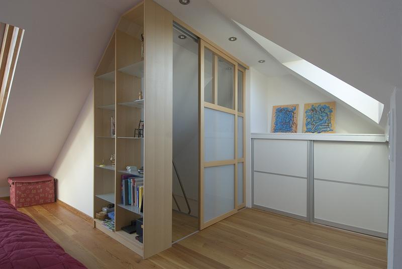Regal und Schiebetüre als Raumteiler und Trennwand unter der Dachschräge