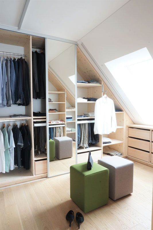 Begehbarer Kleiderschrank unter der Dachschräge mit Spiegeltüre.