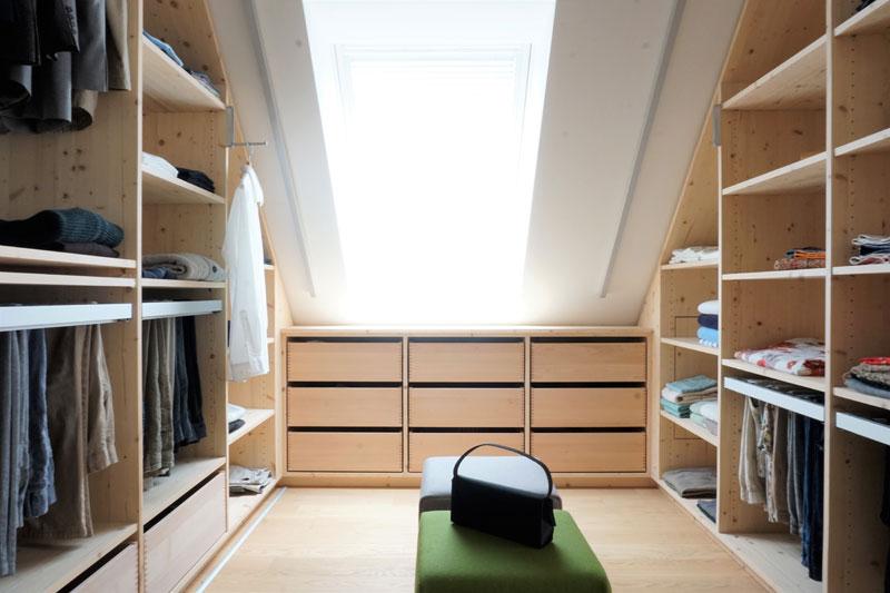 Begehbarer Kleiderschrank - Maßanfertigung unter der Dachschräge und Kniestock.